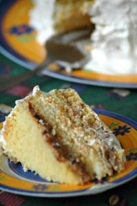 bolo recheado com pêssegos e ameixas