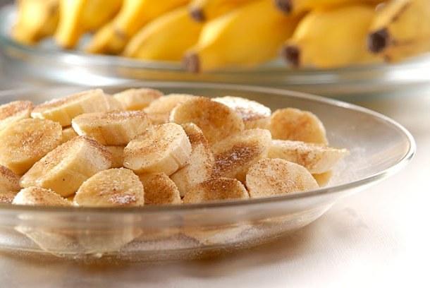 banana, canela e açúcar para uma sobremesa no improviso