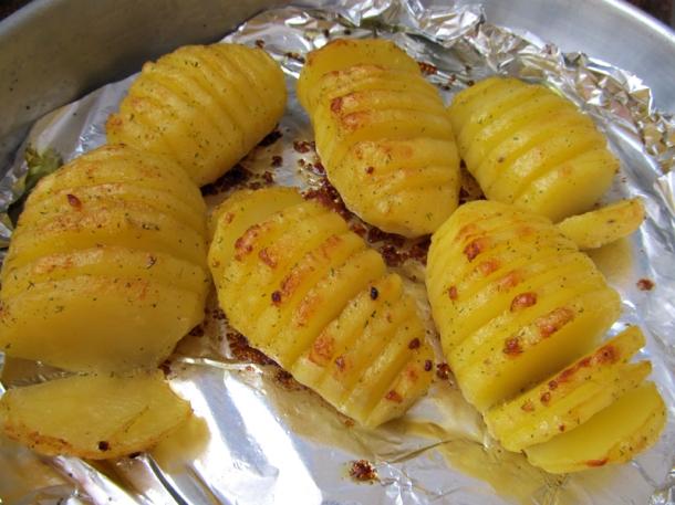 batatas hasselback - batatas laminadas no forno