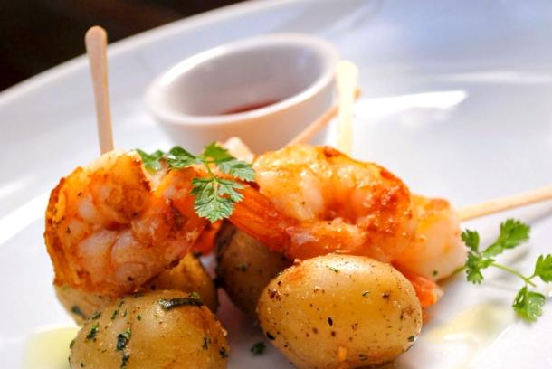 receita de satay de camarão, batatas assadas e tabasco